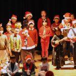光州外国学校的学生在舞台上表演
