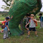 光州外国学校的学生在大恐龙脚边