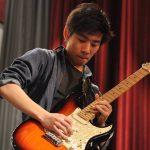 首尔国际学校的学生弹电吉他