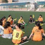首尔国际学校的学生坐在草坪上