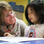 首尔国际学校的老师和学生聊天