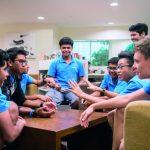UWC东南亚的学生进行小组讨论
