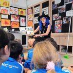 UWC东南亚的老师穿着巫师服给学生讲故事