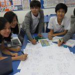 ABC国际学校的学生们在一起讨论问题