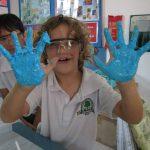 ABC国际学校的学生手掌涂满颜色