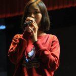 ABC国际学校的学生舞台上唱歌