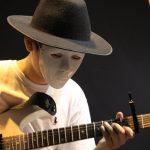 ABC国际学校的学生戴着面具弹奏吉他