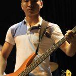 ABC国际学校的学生弹吉他