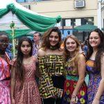 拉各斯美国国际学校的学生打扮得漂漂亮亮参加派对