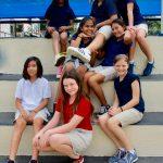 拉各斯美国国际学校的学生们坐在阶梯上