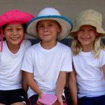 拉各斯美国国际学校的学生戴着太阳帽