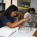 拉各斯美国国际学校的学生进行工程实验