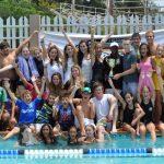 莫桑比克美国国际学校的学生们在游泳池旁