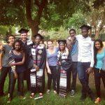 尼亚美美国国际学校的学生穿着毕业礼服