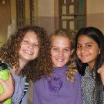 尼亚美美国国际学校的学生开心的微笑