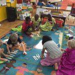 尼亚美美国国际学校的学生在地上玩游戏