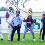 布拉柴维尔美国国际学校的学生欢乐的摆拍