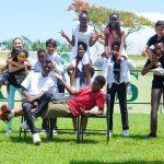 布拉柴维尔美国国际学校的学生们在草坪上开心的拍照