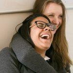 博苏蕾高山学院的两个高中女生大笑