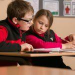博苏蕾高山学院的两个初中生做在同桌看笔记本