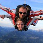 博苏蕾高山学院的女学生和教练在高空跳伞