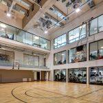 博苏蕾高山学院的室内篮球场,和旁边有大窗户的教室