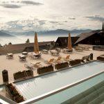 博苏蕾高山学院房顶上的游泳池、野餐桌和躺椅
