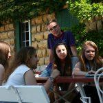 布里兰特蒙特国际学校的学生在室外讨论小组作业