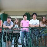 布里兰特蒙特国际学校的学生站在寝室阳台上