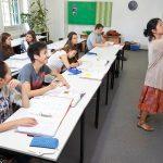 布里兰特蒙特国际学校的老师给学生上课
