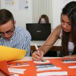 布里兰特蒙特国际学校的学生做剪贴报
