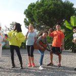 布里兰特蒙特国际学校的学生在室外弹唱