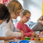 伯尔尼英国学校的小学生在数学课