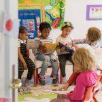 伯尔尼英国学校的6个小学生坐着小椅子,一起看书