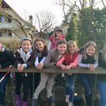 伯尔尼英国学校的8个女学生在外面,凭着桥栏开心地看镜头