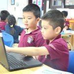 河内英国越南国际学校的学生在电脑上学习