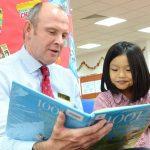 河内英国越南国际学校的老师给学生讲故事