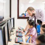 河内英国越南国际学校的老师辅导学生使用电脑