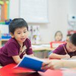 河内英国越南国际学校的学生在教室里学习