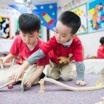 河内英国越南国际学校的学生玩积木
