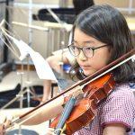 河内英国越南国际学校的学生拉小提琴