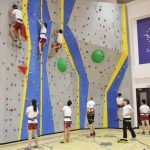 河内英国越南国际学校的学生们攀岩