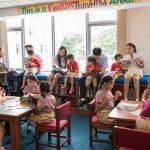 胡志明市英国越南国际学校的学生们在教室里讲故事