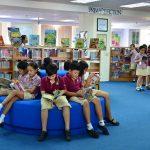 胡志明市英国越南国际学校的学生在图书馆看书