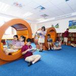 胡志明市英国越南国际学校的学生们在图书馆看书