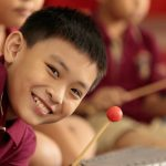 胡志明市英国越南国际学校的小男孩微笑着看着镜头