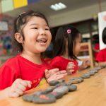 胡志明市英国越南国际学校的学生开心的玩小石头