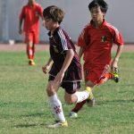 胡志明市英国越南国际学校的学生踢足球