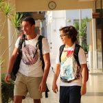 开罗美国学校的学生走在教学楼里