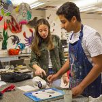 开罗美国学校的学生在进行艺术创作